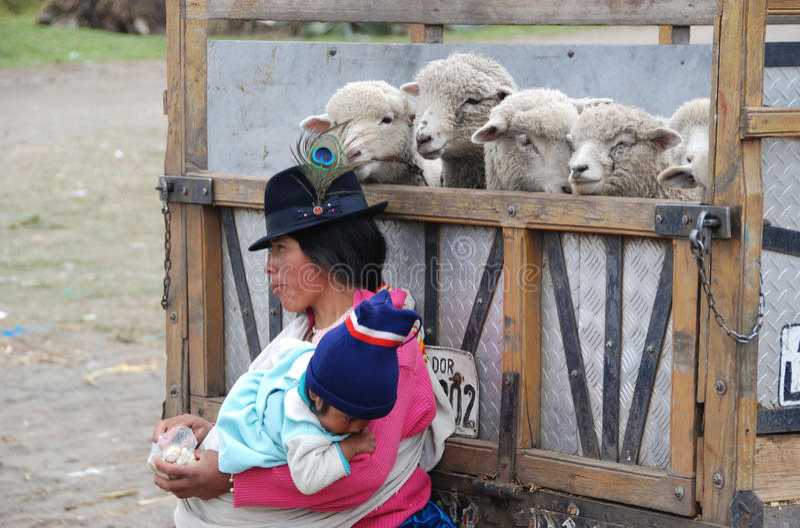 土产厄瓜多尔母亲和婴孩 免版税库存照片