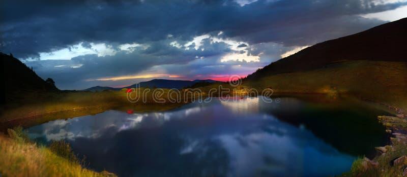 土坎的Vorozheska Svidovets高山湖 免版税库存图片