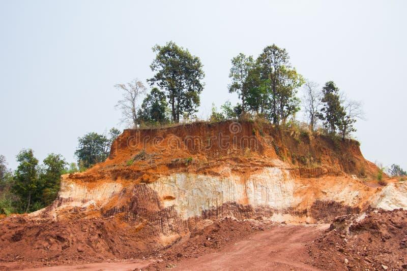 土壤前面装载者层数剥离所有边小山 库存照片