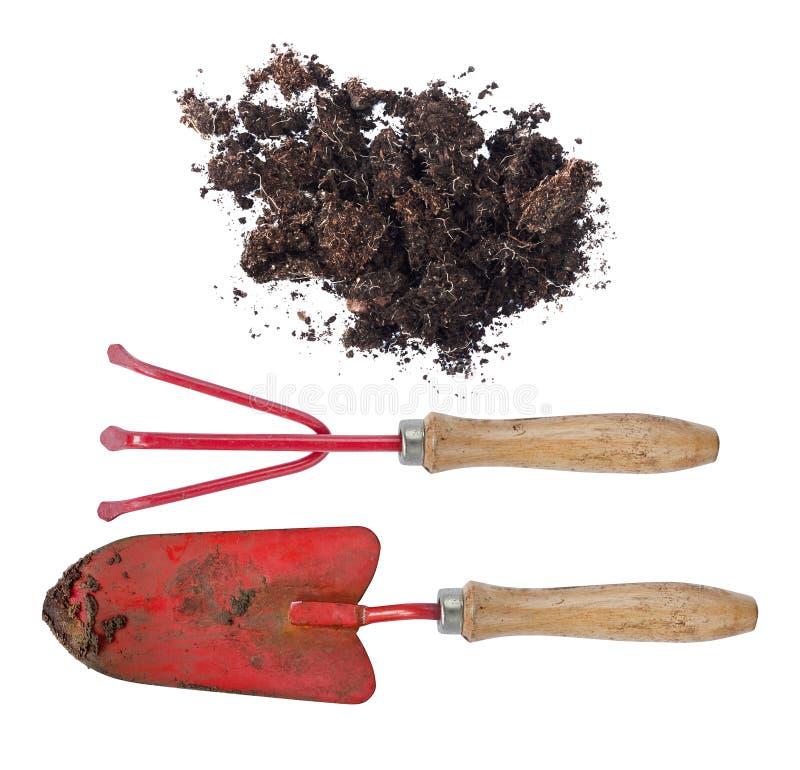 土壤和肮脏的园艺工具在实际工作以后在庭院里 图库摄影