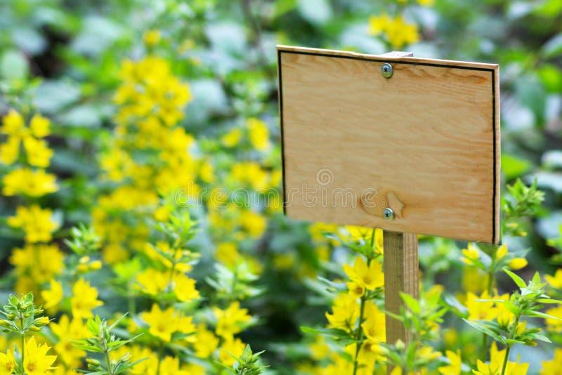 土壤在有木标志的,夏天庭院里切开了 免版税库存照片