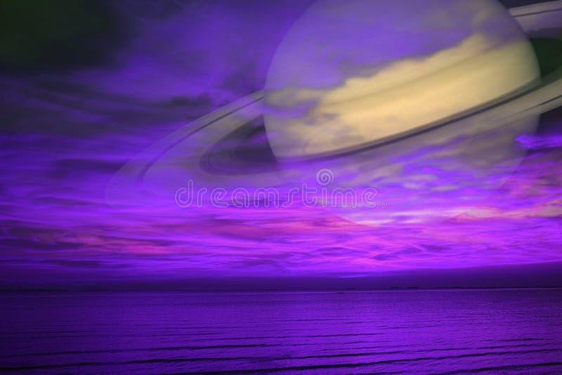 土星支持夜云彩在海,在E附近的概念土星的日落天空 库存照片