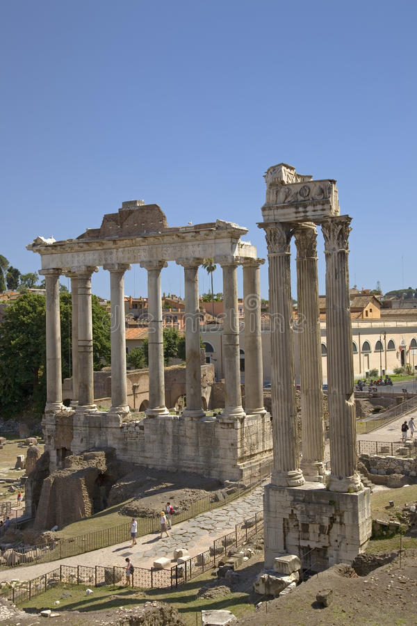土星Vespasian寺庙和寺庙在从国会大厦看见的罗马广场,古老罗马废墟,罗马,意大利,欧洲的 免版税库存图片