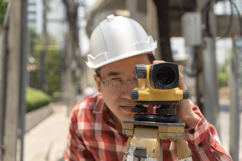 土木工程师与tacheometer或经纬仪equipm的土地调查 免版税图库摄影