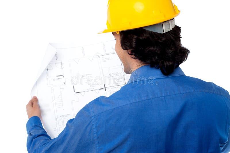 土木工程师回顾的图纸 免版税库存图片