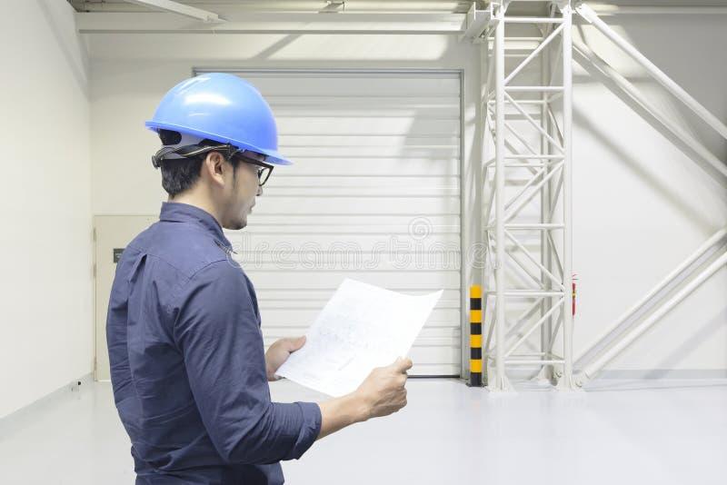 土木工程师看工厂布置 免版税库存照片