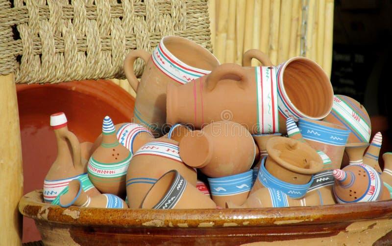 黏土杯子、罐和碗在纪念品市场上 免版税图库摄影