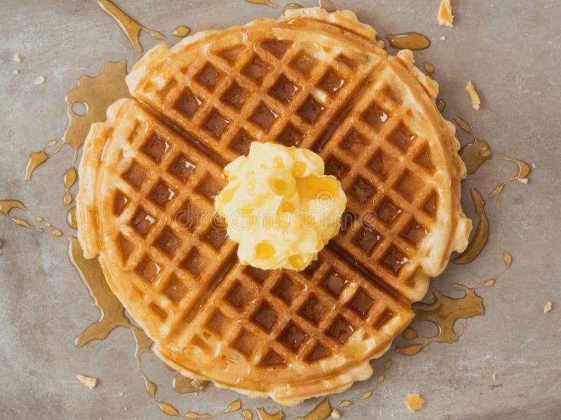 土气传统奶蛋烘饼用黄油和枫蜜 免版税库存图片