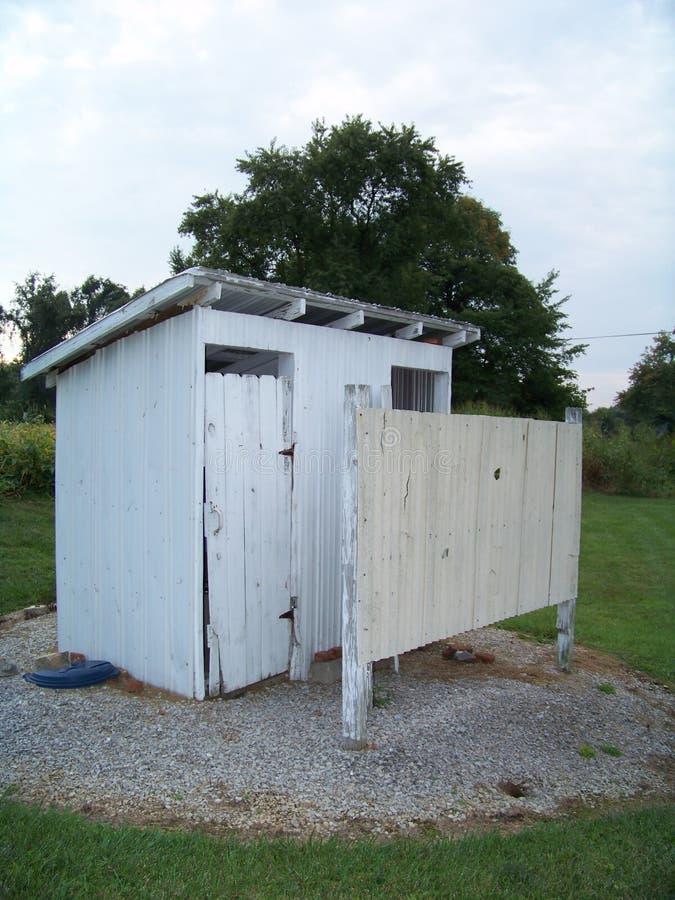土气偏远地区外屋洗手间 库存图片