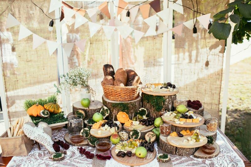 土气包装材料棒棒糖在婚礼地方设定了 免版税库存照片