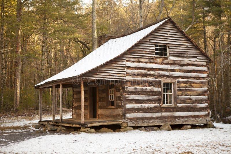 土气原木小屋在冬天 库存图片