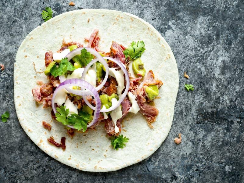 土气墨西哥裔美国人被拉扯的猪肉炸玉米饼 免版税库存照片