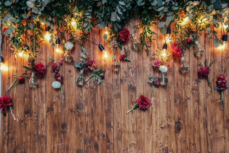 土气婚礼照片区域 手工制造婚礼装饰包括照片摊红色花 免版税库存照片