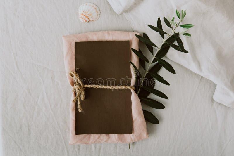 土气婚礼邀请拟订与橄榄树枝的模板 概念查出的本质白色 免版税图库摄影