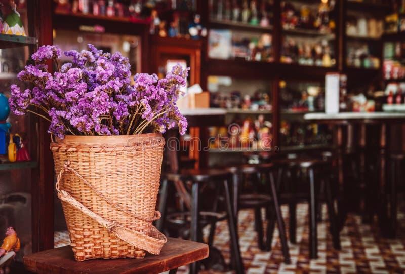 土气家庭装饰样式 干领域花花束在bambo的 免版税图库摄影