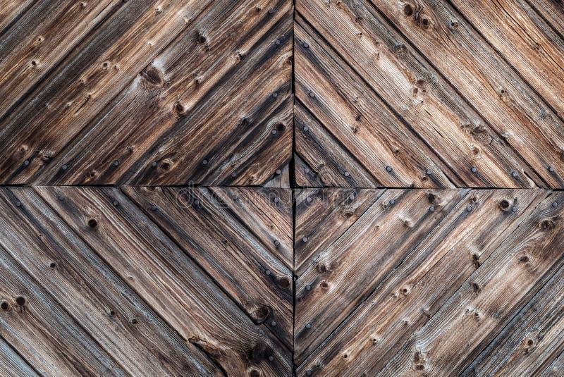 土气年迈的木墙壁背景的特写镜头与装饰木制品设计细节和生锈的钉子的与古董 图库摄影
