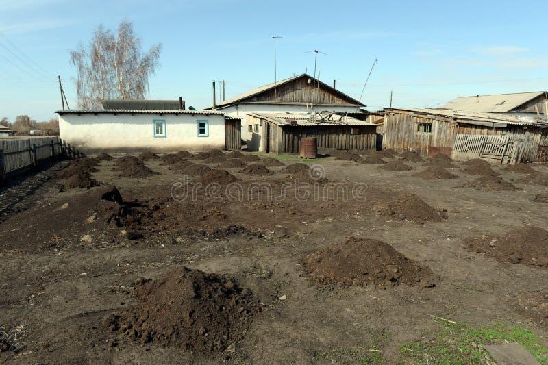 土气庭院在犁前带来了土地 免版税图库摄影