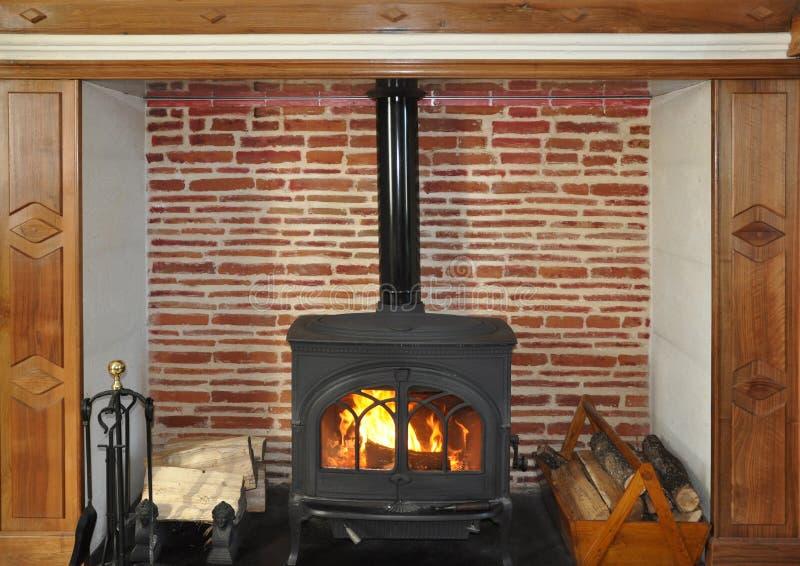 土气木灼烧的火炉 免版税库存照片