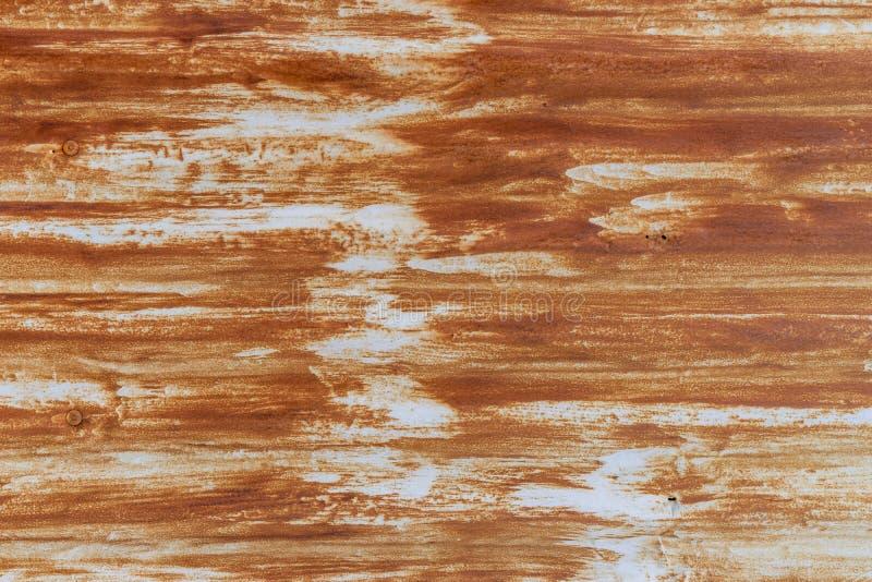 土气条纹在背景的老金属墙壁上弄脏 库存照片