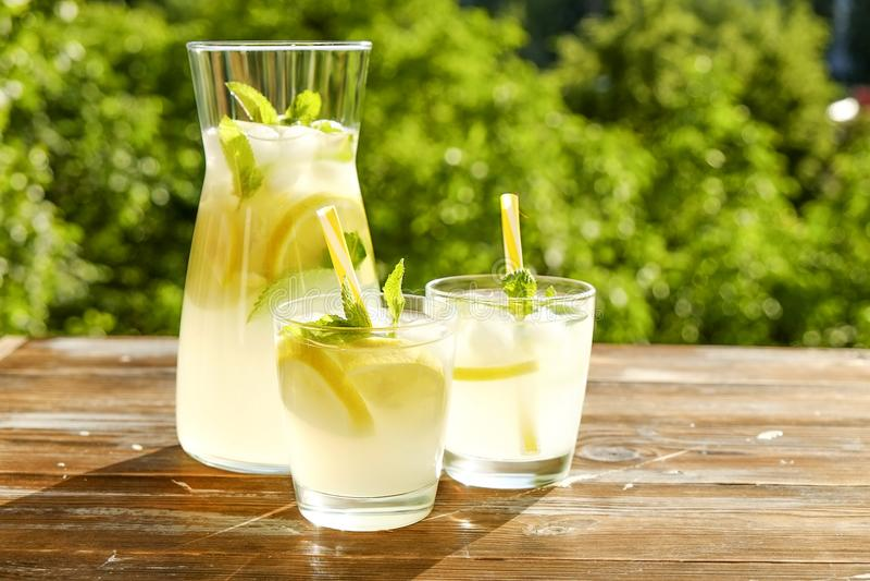 土气构成用在瓶和玻璃的新近地被紧压的自创冷的柠檬水与结露小滴 库存照片