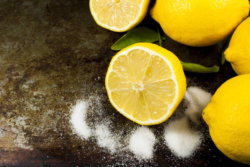 土气柠檬和糖与拷贝空间 库存图片
