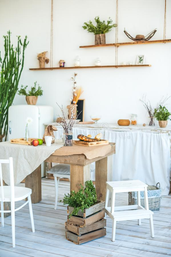 土气样式的厨房在夏天 春天光构造了有一个老冰箱的厨房,木桌 有花瓶的一个木盘子,将 图库摄影