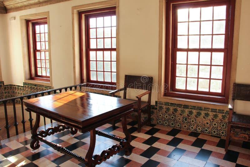 土气桌和椅子在一间被日光照射了屋子  免版税库存照片