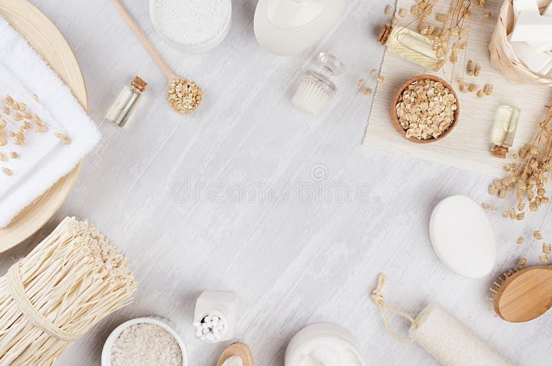土气白色自创化妆用品设置了身体关心和浴辅助部件的自然产品有在白木委员会的小尖峰的 免版税库存照片