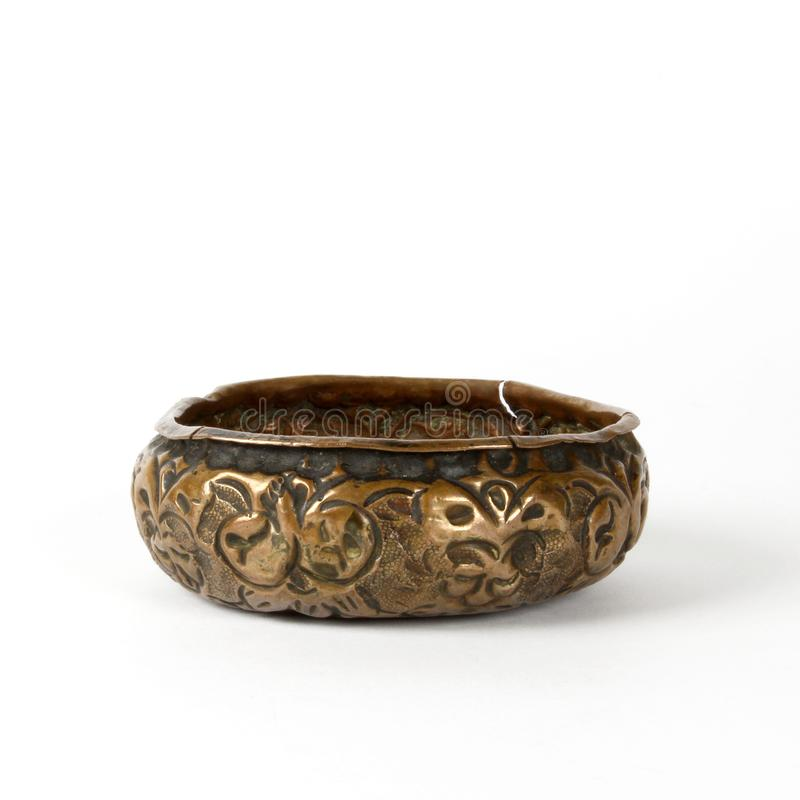 土气葡萄酒和古董铜碗 免版税库存照片