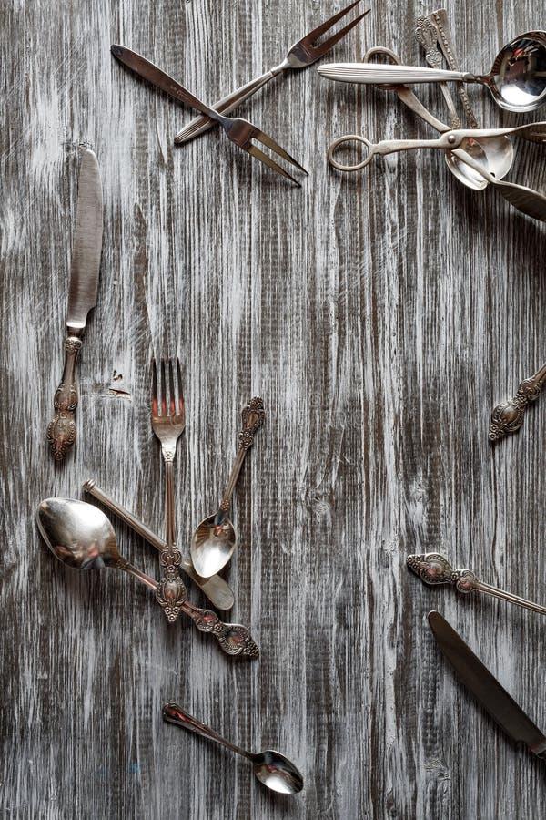 土气葡萄酒套利器刀子,匙子,叉子 库存图片