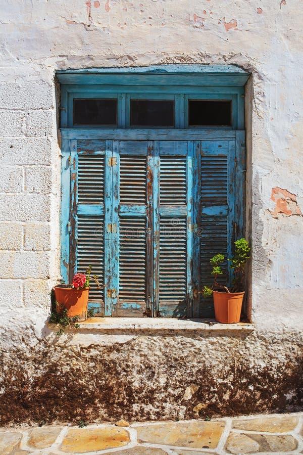 土气蓝色窗口在哈尔基岛,纳克索斯岛,希腊 免版税库存图片