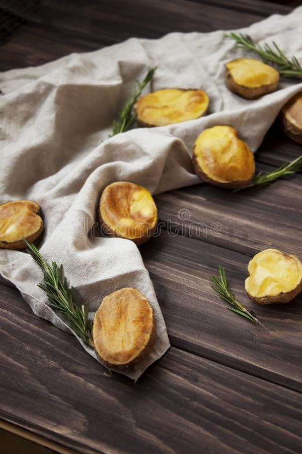 土气被烘烤的土豆用迷迭香 图库摄影