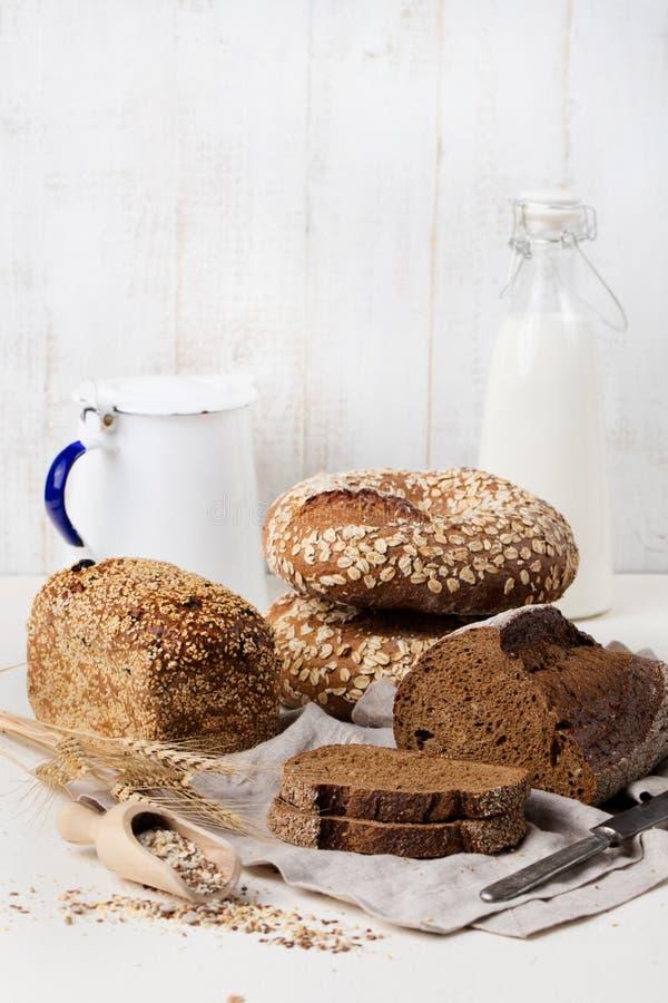 土气面包的分类在木桌背景构成的用面包切并且滚动拷贝空间 图库摄影