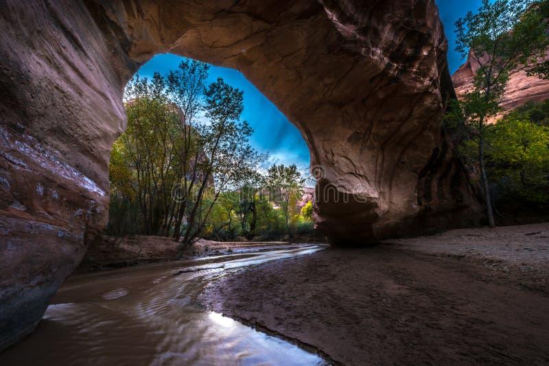土狼自然桥梁埃斯卡兰蒂犹他美国秋天颜色 库存图片