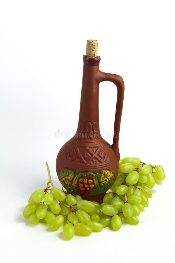 黏土瓶和葡萄 库存图片