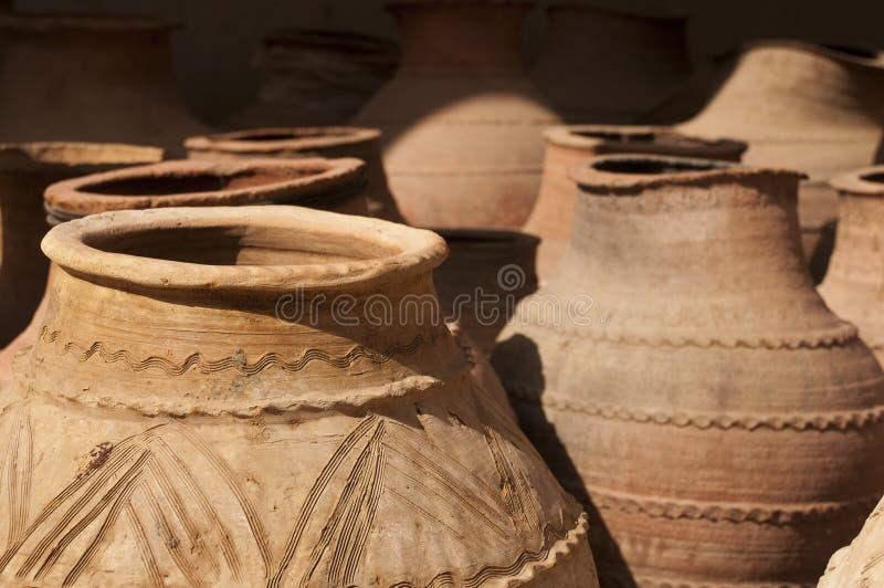 黏土瓶子在农村阿拉伯市场上 库存图片