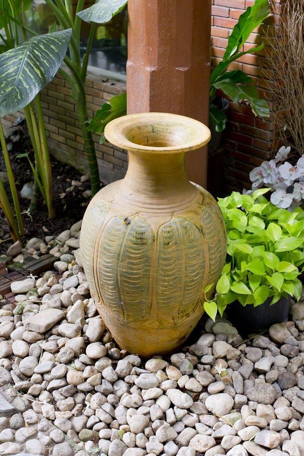 黏土瓶子在庭院里 免版税库存照片