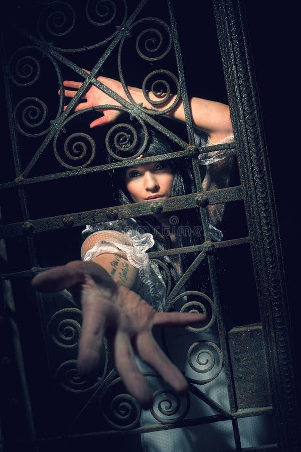 从土窖的巫婆在公墓 免版税库存图片
