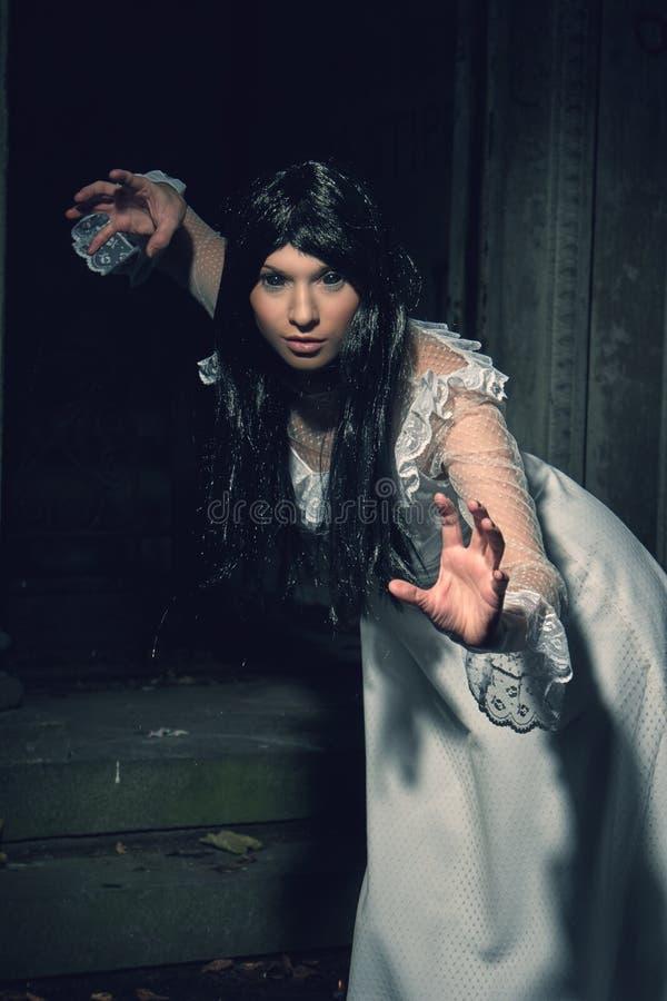 从土窖的巫婆在公墓 免版税库存照片