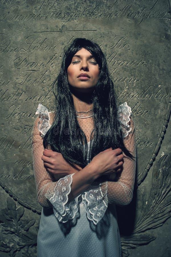从土窖的巫婆在公墓 库存照片