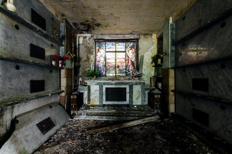 土窖&污迹玻璃窗-被放弃的陵墓 免版税图库摄影