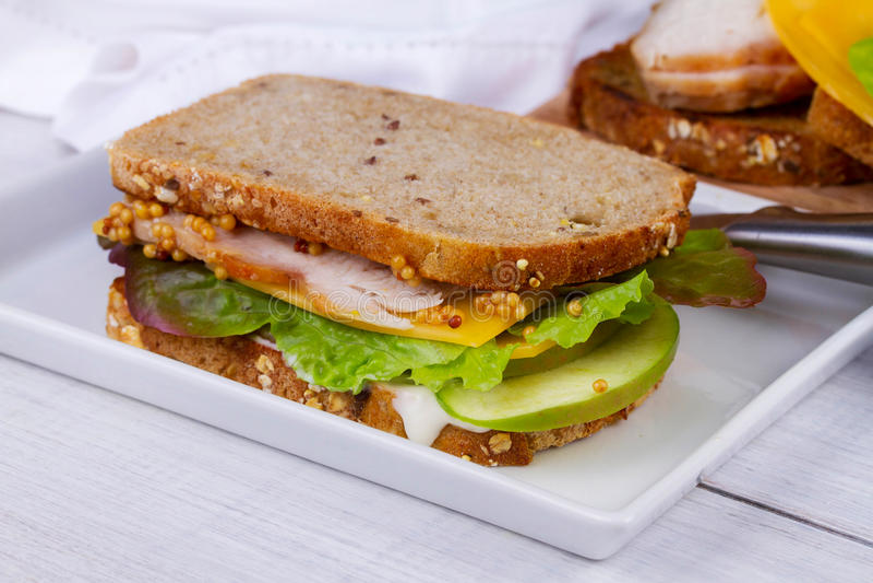 土耳其、切达乳酪和绿色苹果三明治 图库摄影