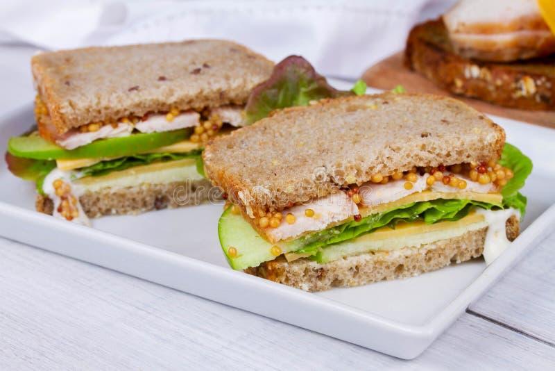土耳其、切达乳酪和绿色苹果三明治 库存图片