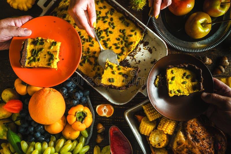 土耳其、巧克力南瓜饼、蔬菜和水果在一个欢乐宴餐 库存照片