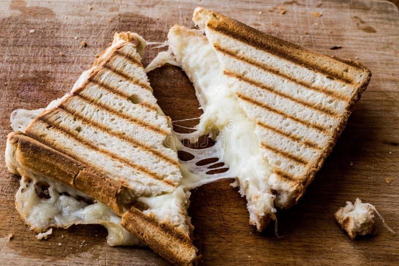 土耳其三明治多士Tost用切达乳酪或熔化乳酪 免版税图库摄影