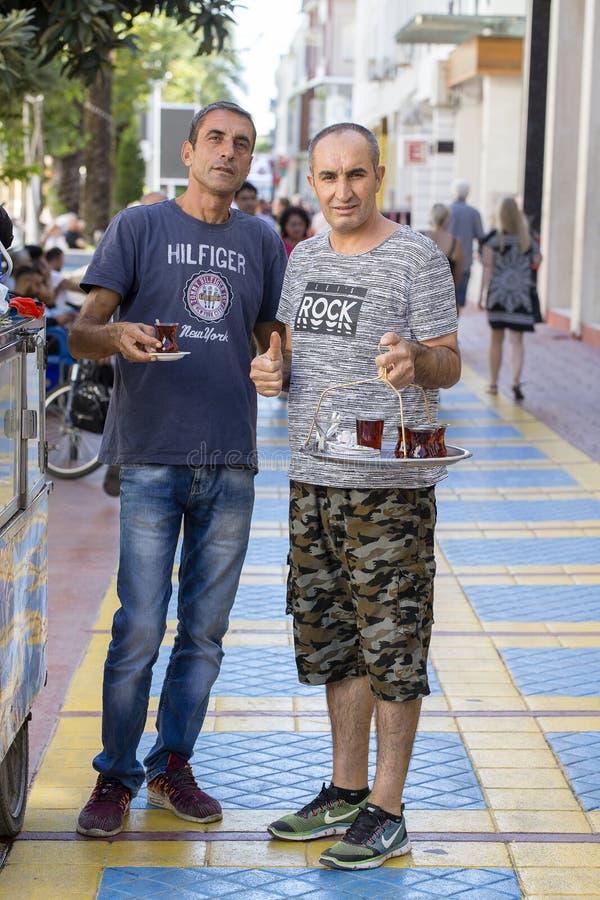 土耳其人在中心凯梅尔运载盘子用茶在街道的待售 火鸡 免版税库存照片