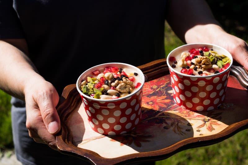 土耳其传统点心Ashure诺亚` s布丁服务与盘子 库存图片