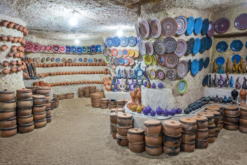 土耳其传统陶瓷罐和瓶子在位于阿瓦诺斯的地下陶瓷商店,卡帕多细亚 免版税库存图片