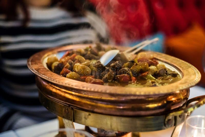 土耳其农民炖煮的食物用牛肉肉和橄榄 库存照片