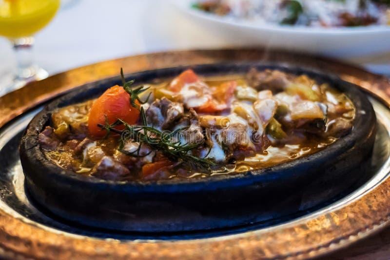 土耳其农民炖煮的食物用羊羔肉和菜 图库摄影
